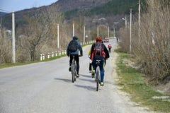 Paseo de la bici en primavera temprana fotos de archivo
