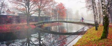 Paseo de la bici entre el otoño y el invierno Imagenes de archivo