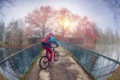 Paseo de la bici entre el otoño y el invierno Imagen de archivo libre de regalías