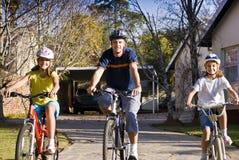 Paseo de la bicicleta de la familia foto de archivo libre de regalías