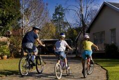Paseo de la bicicleta de la familia fotos de archivo libres de regalías