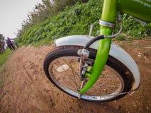 Paseo de la bicicleta a través del camino de tierra fangoso Fotografía de archivo libre de regalías