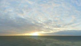 Paseo de la cámara sobre el océano con el cielo hermoso almacen de video