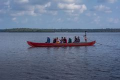 Paseo de la canoa en el lago Ashtamudi fotos de archivo libres de regalías