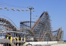 Paseo de la elevación del roller coaster y de esquí Fotos de archivo