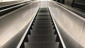 Paseo de la escalera móvil con la nueva escalera móvil metrajes