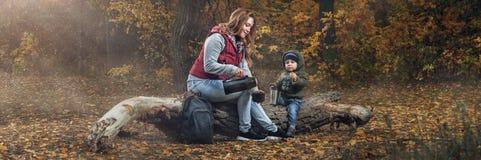 Paseo de la familia en el bosque del otoño fotos de archivo