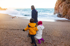 Paseo de la familia por el mar, en invierno Pasar tiempo Fotografía de archivo libre de regalías