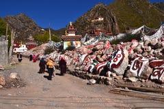 Paseo de la gente alrededor de los escombros Mani Imagen de archivo libre de regalías