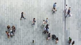 Paseo de la gente en la calzada peatonal de la calle Imágenes de archivo libres de regalías