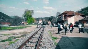 Paseo de la gente en el ferrocarril almacen de metraje de vídeo