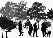 Paseo de la gente en el parque Imágenes de archivo libres de regalías