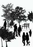 Paseo de la gente en el parque Foto de archivo libre de regalías