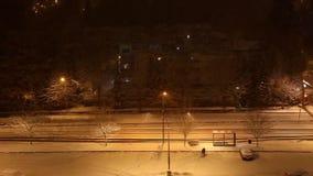 Paseo de la gente en la calle en la noche metrajes