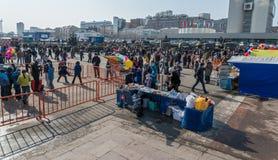 Paseo de la gente en la plaza Foto de archivo libre de regalías