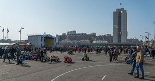 Paseo de la gente en la plaza Imagen de archivo