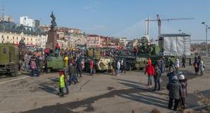 Paseo de la gente en la plaza Foto de archivo