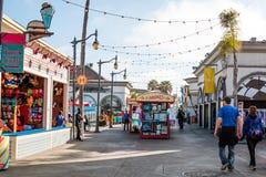 Paseo de la gente en mitad del camino centraa en Belmont Park en San Diego Imagen de archivo libre de regalías