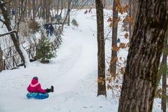 Paseo de la gente en la tubería de la nieve Foto de archivo