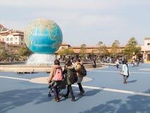 Paseo de la gente en un parque temático Fotos de archivo libres de regalías