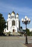 Paseo de la gente en Victory Square en Kaliningrado Imágenes de archivo libres de regalías