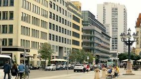 Paseo de la gente a lo largo de la calle alemana hermosa metrajes
