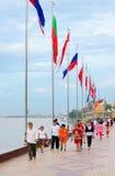 Paseo de la gente a lo largo del terraplén en Phnom Penh Imagenes de archivo