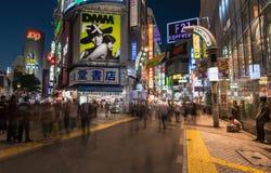 Paseo de la gente a través de la calle de centro en Shibuya Imágenes de archivo libres de regalías