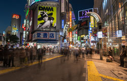 Paseo de la gente a través de la calle de centro en Shibuya Imagen de archivo libre de regalías