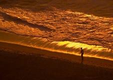Paseo de la mañana en la playa Foto de archivo libre de regalías