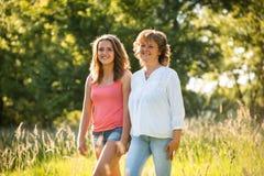 Paseo de la madre y de la hija adolescente en naturaleza Imagenes de archivo