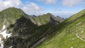 Paseo de la montaña con los turistas Visión desde arriba, con las nubes almacen de metraje de vídeo