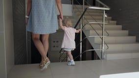 Paseo de la muchacha con la madre, escaleras, visión negra metrajes