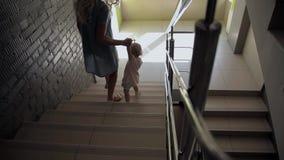 Paseo de la muchacha con la madre, escaleras, visión negra almacen de video