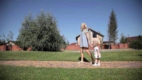 Paseo de la muchacha con la madre, parque Visión a largo plazo metrajes