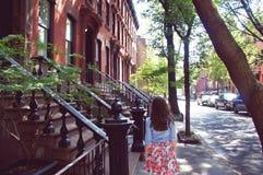 Paseo de la muchacha en el Greenwich Village Imagen de archivo libre de regalías