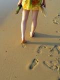 Paseo de la muchacha en la playa fotos de archivo