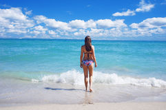 Paseo de la muchacha en la playa del sur soleada de Miami imagen de archivo