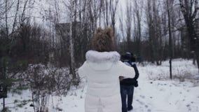 Paseo de la muchacha en los caminos del invierno de Chernóbil almacen de metraje de vídeo