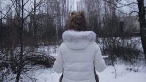 Paseo de la muchacha en los caminos del invierno de Chernóbil almacen de video