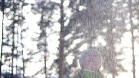 Paseo de la mujer en el bosque del invierno metrajes