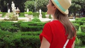 Paseo de la mujer en el parque de Borghese del chalet en la cámara lenta Viajero femenino que disfruta de vacaciones en Roma, Ita metrajes