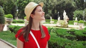 Paseo de la mujer en el parque de Borghese del chalet en la cámara lenta Viajero femenino que disfruta de vacaciones en Roma, Ita almacen de metraje de vídeo