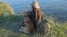 Paseo de la mujer joven con el perro