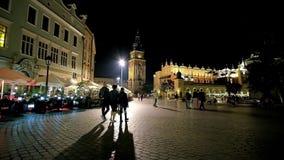 Paseo de la noche en Kraków, Polonia almacen de video