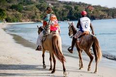 Paseo de la parte posterior del caballo en la playa imágenes de archivo libres de regalías