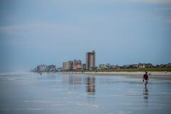 Paseo de la playa de la mañana Imagen de archivo