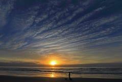 Paseo de la playa de la mañana imágenes de archivo libres de regalías