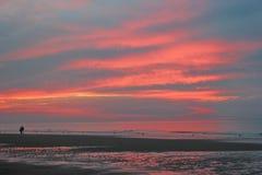 Paseo de la puesta del sol de 2 amantes Imágenes de archivo libres de regalías