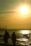 Paseo de la puesta del sol de la familia Foto de archivo libre de regalías